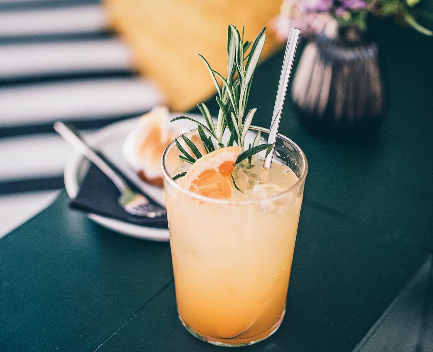 Hausgemachte Limo mit Grapefruit und Rosmarin.  – ©Manuel Nieberle