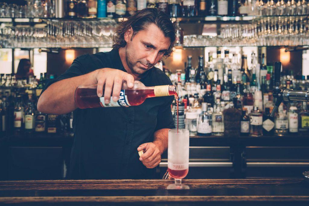 Barchef Andi bereitet für uns den delight guide Drink zu. – ©wunderland media GmbH