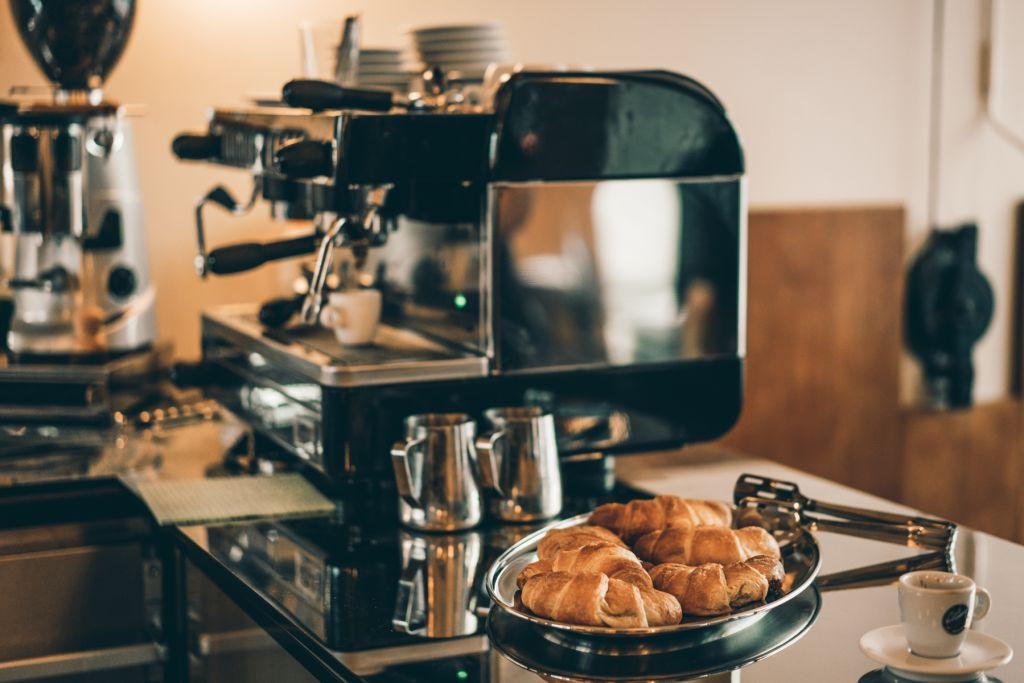 Kaffee & Croissants mehr braucht es nicht zum glücklich sein.