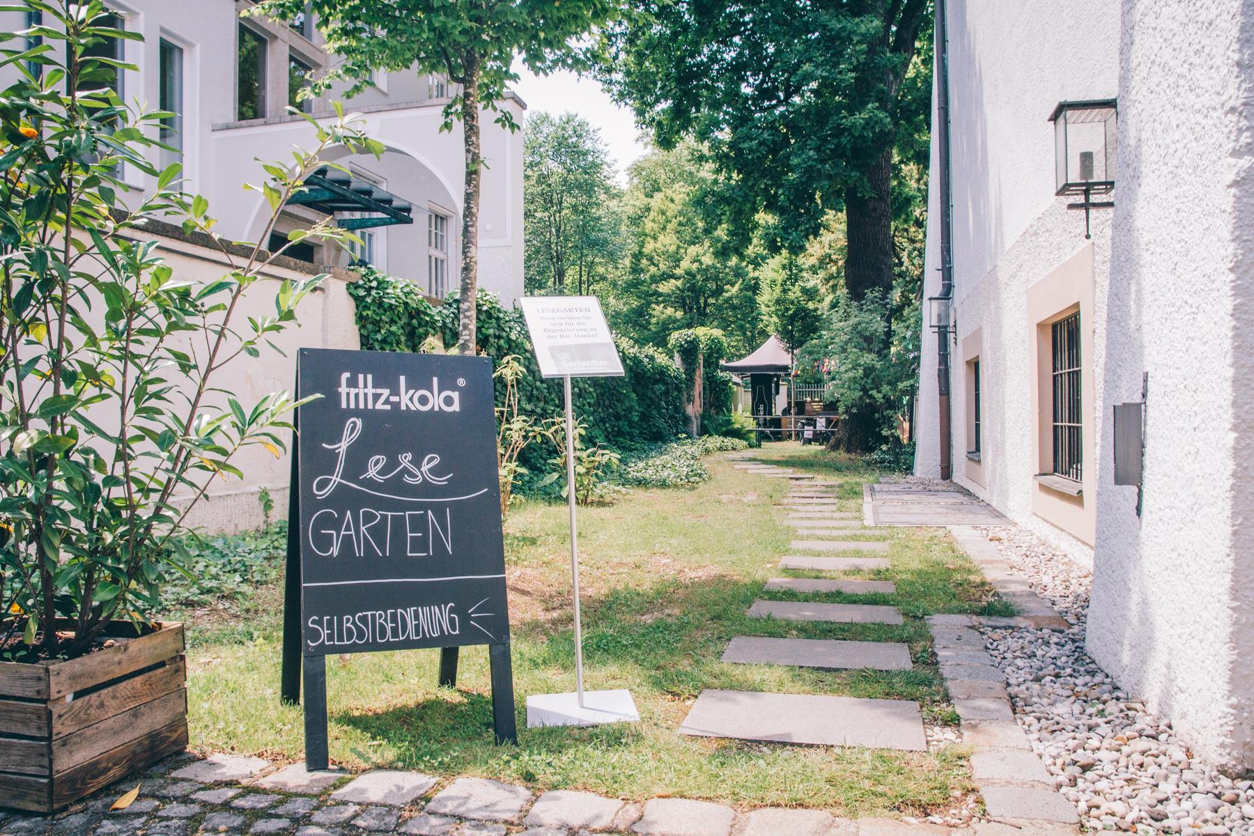 Von der Terrasse aus führt uns dieser Weg in den Lesegarten. – ©wunderland media GmbH