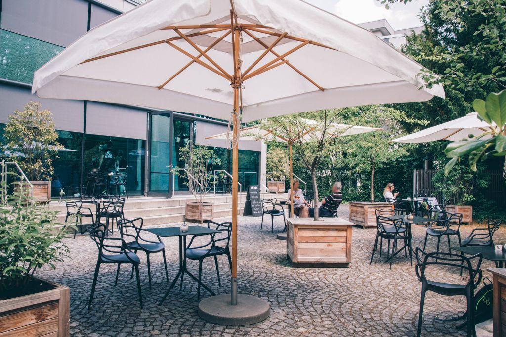 Auf der Terrasse herrscht eine ruhige und entspannte Atmosphäre.  – ©wunderland media GmbH