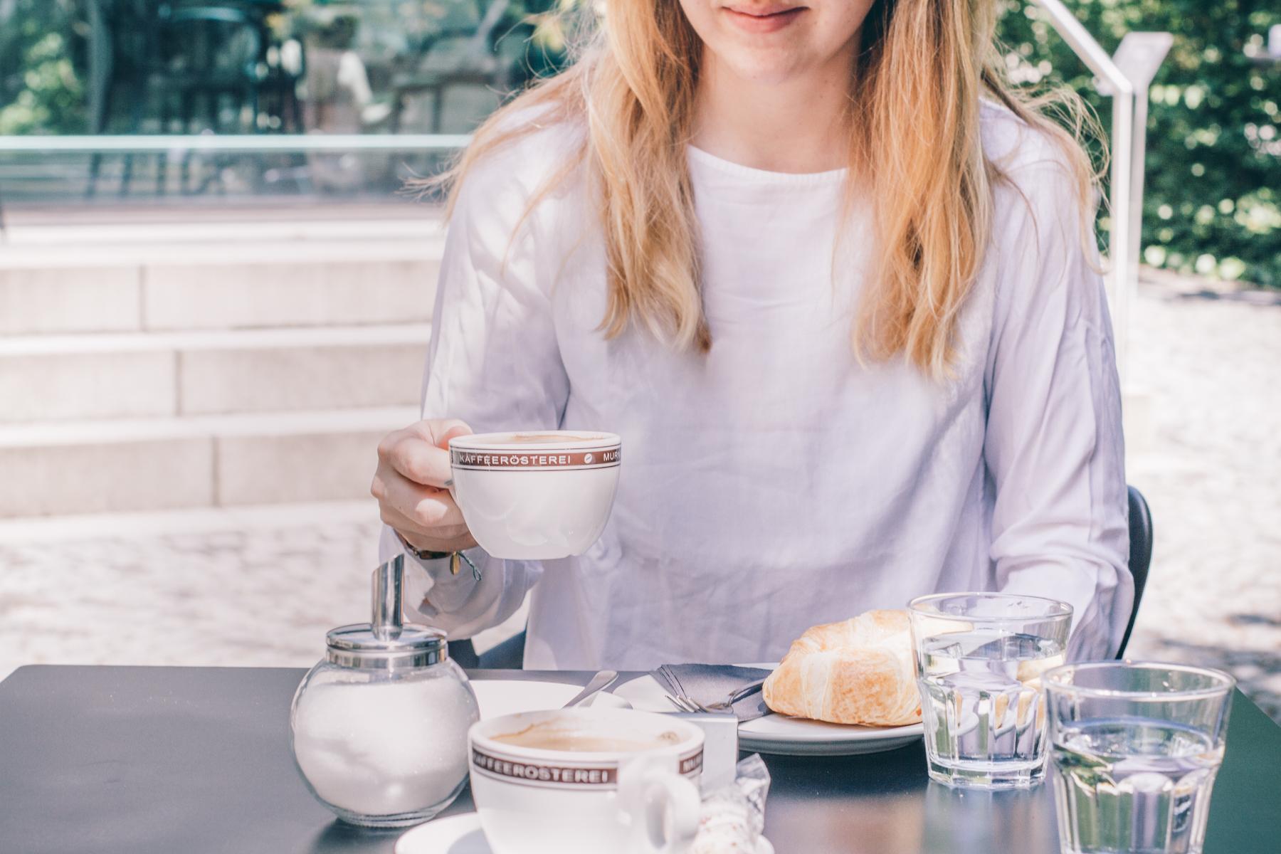 Das perfekte Frühstück: Kaffee und Croissant.  – ©wunderland media GmbH