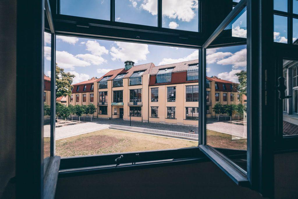 Dort wo einst die Moderne erschaffen wurde, befindet sich heute die Bauhaus Uni.  – ©wunderland media GmbH