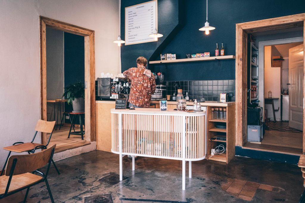 Colin und Vincent haben ihr Café selbst renoviert und eingerichtet – inklusive Möbel.  – ©wunderland media GmbH