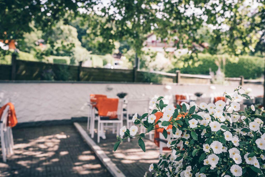 Wir fühlen uns auf der eleganten Terrasse so richtig wohl. – ©wunderland media GmbH