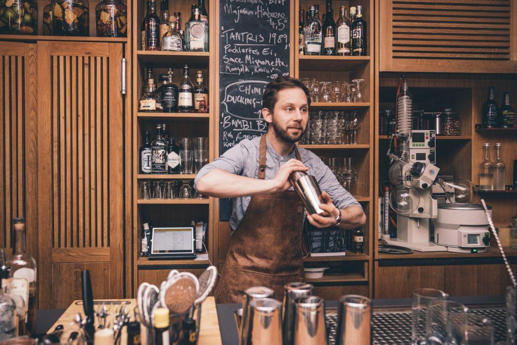 Barchef Johannes Möhring beim Shaken. – ©wunderland media GmbH