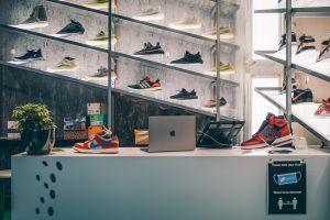 Und auf der anderen Seite Sneaker begutachten. – ©wunderland media GmbH
