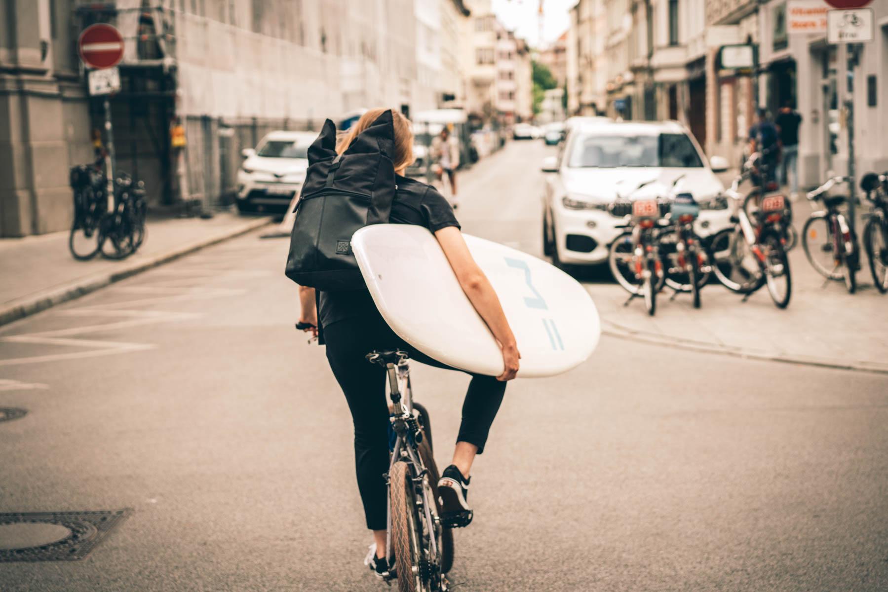 Wer nicht mit einem sperrigen Brett unter dem Arm radeln will, der kann sich ein Surf Rack für bequemen Transport besorgen. – ©wunderland media GmbH