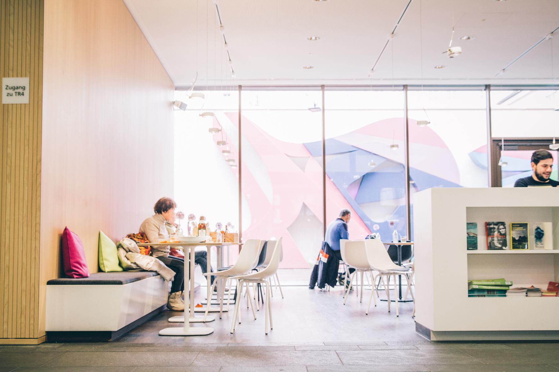 Hell, luftig und modern erstrahlt das Café.  – ©wunderland media GmbH