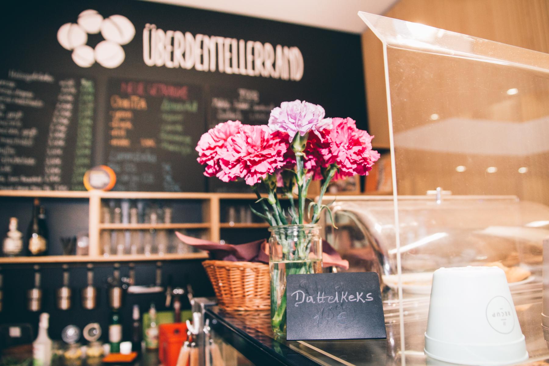 Blumen und Kaffeeduft am Tresen – und der von köstlichen Dattelkeksen. – ©wunderland media GmbH