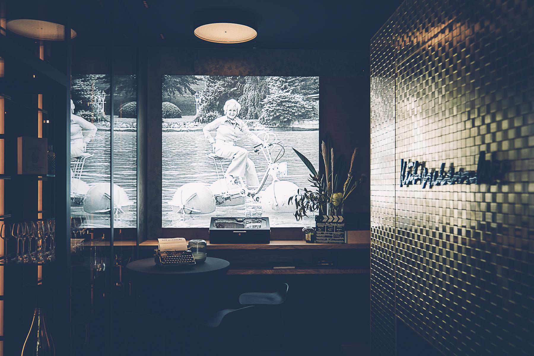 ...versteckt sich in der nach ihr benannten Bar in so einigen Ecken. – ©wunderland media GmbH