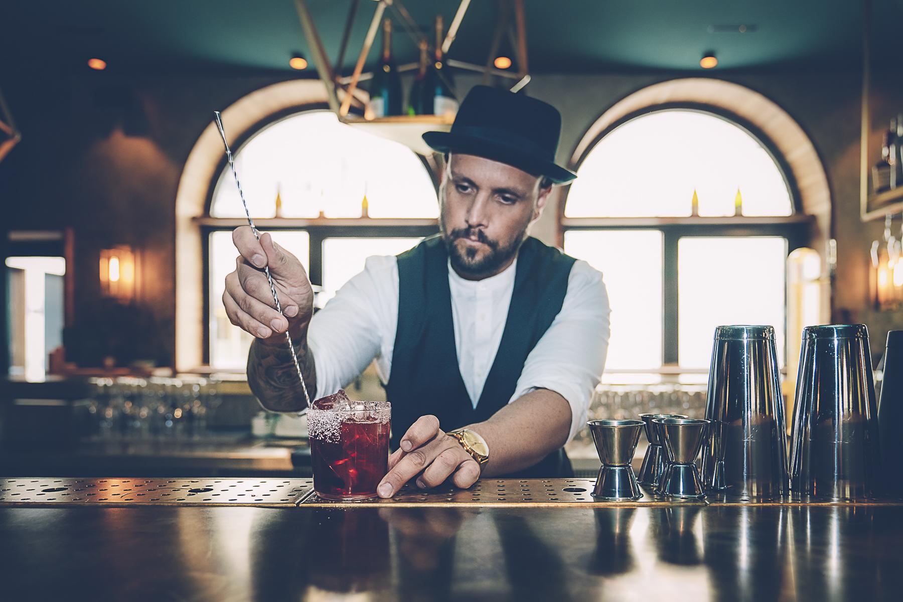 Aus perlendem Schaumwein wird Champagner Cocktail. – ©wunderland media GmbH