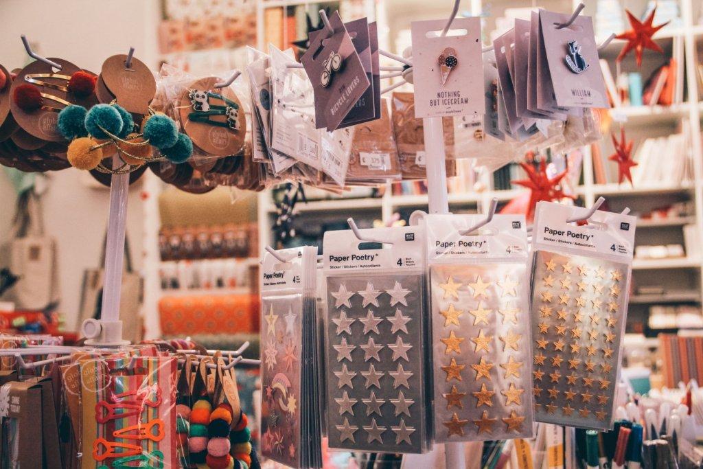 Auf der Suche nach einer funkelnden Weihnachtskarte? Im Papu gibt es alle Utensilien zum Selbermachen.  – ©wunderland media GmbH