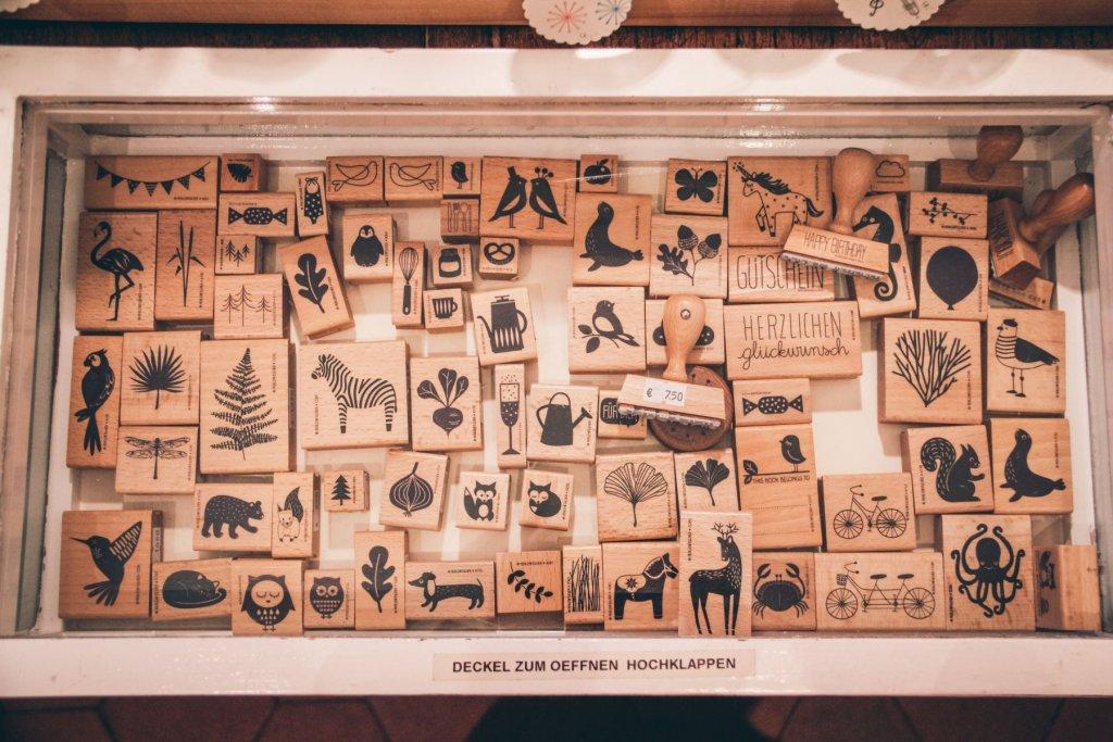 Holzstempel in unterschiedlichen Motiven – lassen sich auch toll miteinander kombinieren! – ©wunderland media GmbH