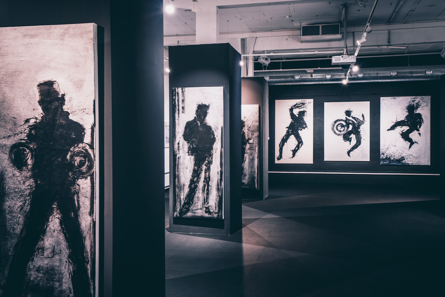 Die Schattenmänner im Keller des MUCA. – ©wunderland media GmbH