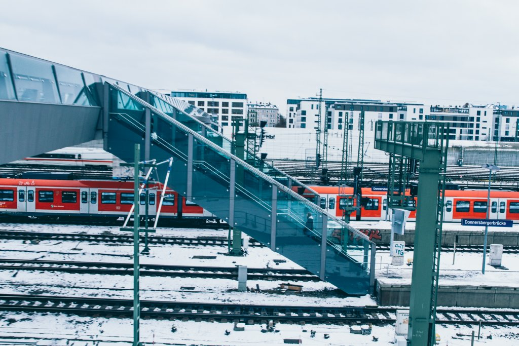 Von den Gleisen der Donnersbergerbrücke, gelangen Fußgänger auf den Arnulfsteg. – ©wunderland media GmbH