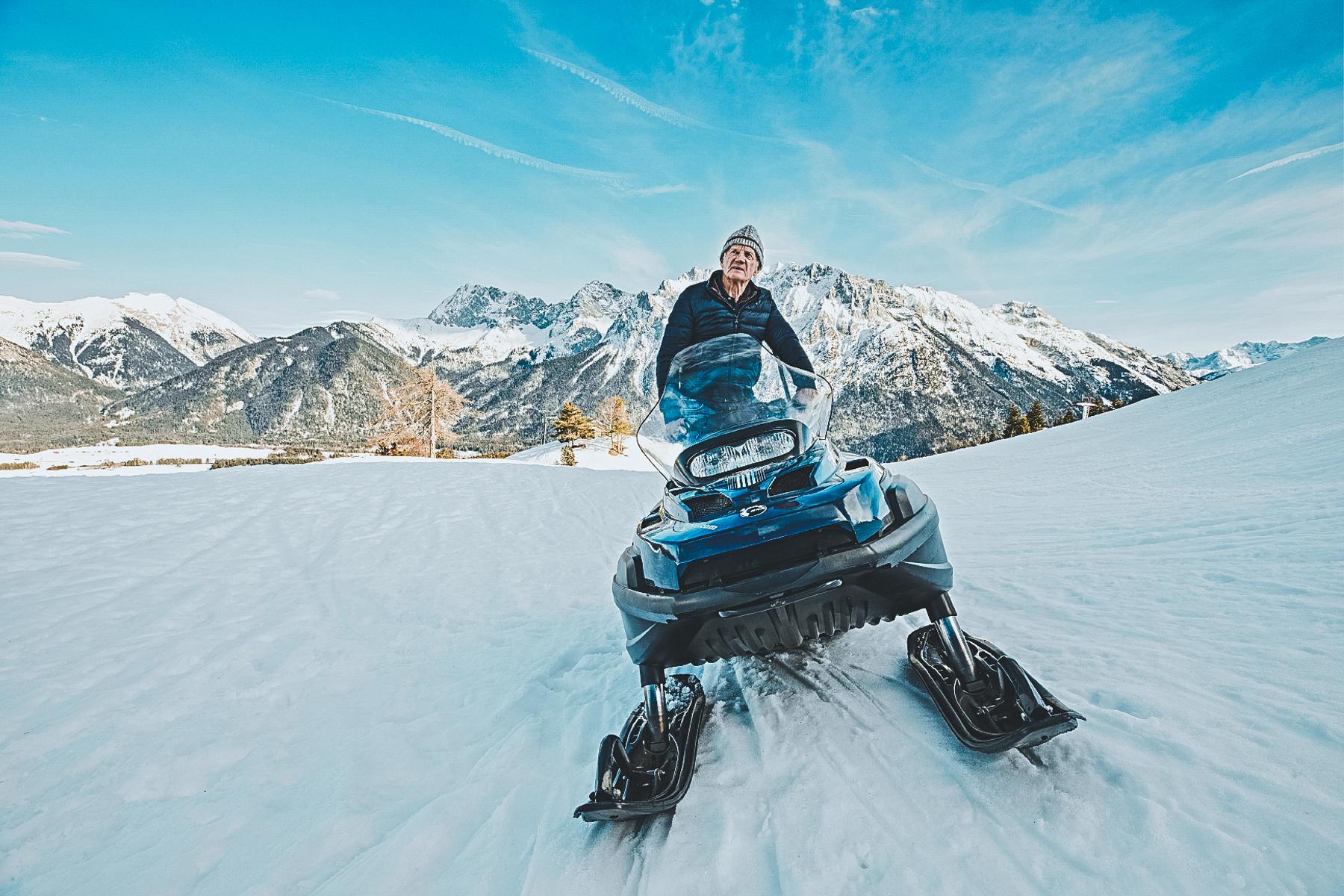 Wir fahren lieber zum Spaß mit dem flotten Schneemobil –nicht weil uns jemand am Berg einsammeln muss.  – ©Gert Krautbauer