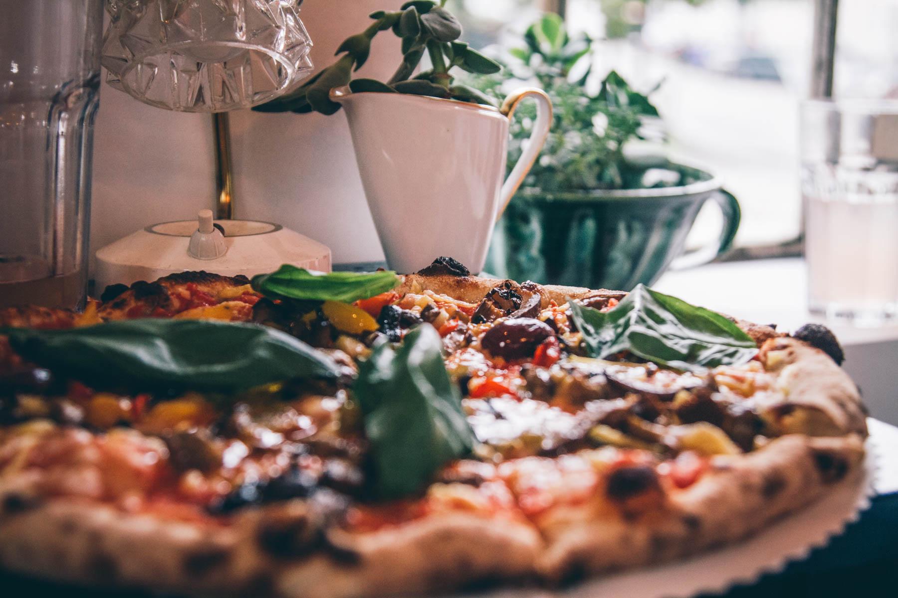 Die originelle Pizza wird von ausgebildeten Pizzabäckern zubereitet.  – ©wunderland media GmbH