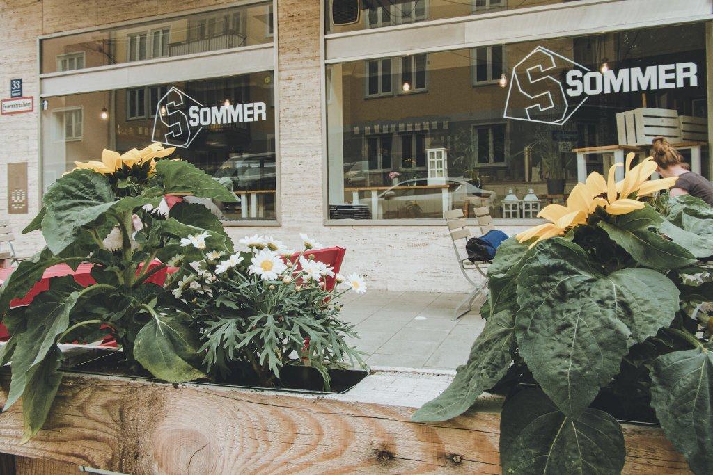Die Sonnenblumen im Café Sommer – stimmig bis zur Blüte! – ©wunderland media GmbH