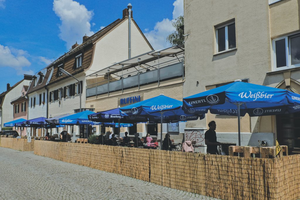 Im Außenbereich nimmt ein buntes Publikum Platz – inmitten der ruhigen Wohnlandschaft von Neuhausen. – ©wunderland media GmbH