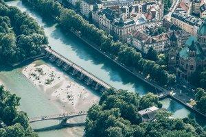 Die Isar und der Kabelsteg aus der Luft. Foto: Achim Schmidt – ©wunderland media GmbH