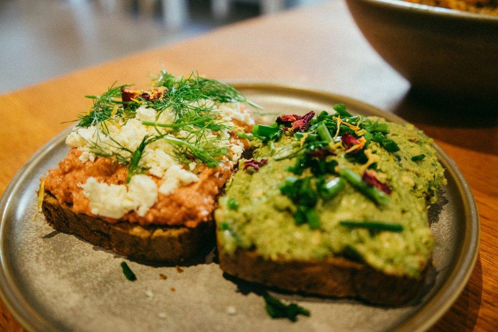 Zwei belegte Brote auf einem Teller im Café Palmtree Club – ©Ben Sagmeister für wunderland media GmbH